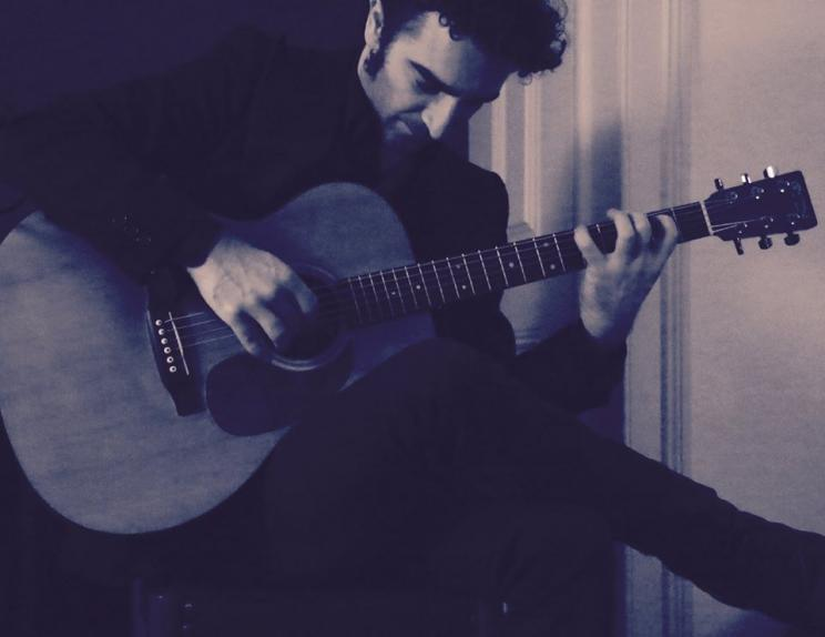 Pedro Salvador a tocar guitarra