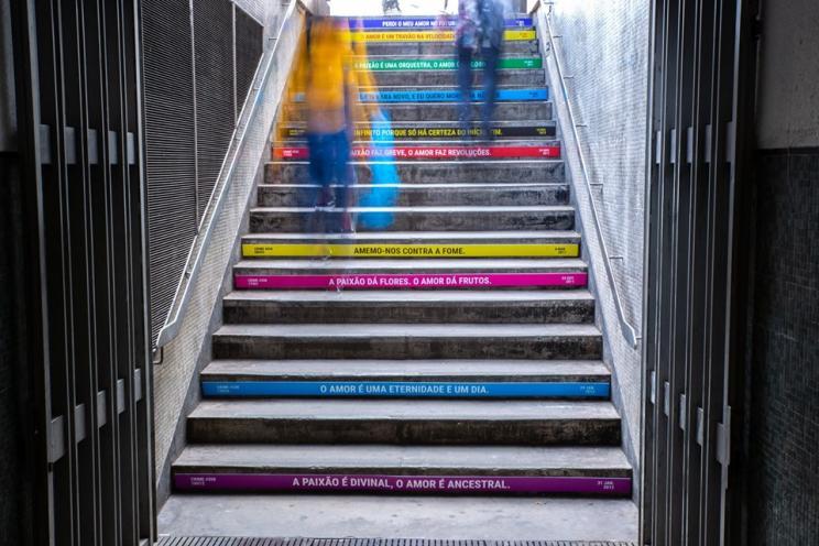 Exposição Sinal de Alarme nas escadad da estação do metropolitano do Intendente
