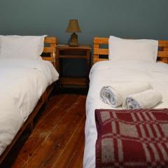 cama no quarto 25