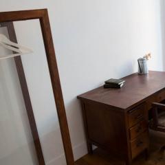 roupeiro e secretária no quarto 11